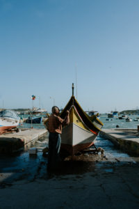 Homme nettoyant son bateau - Cyrielle Riba Photographe - Voyage Malte