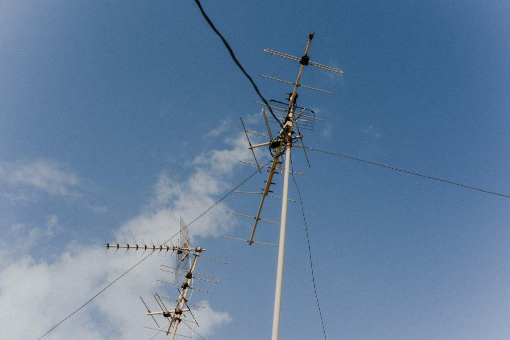 Antennes télé sur fond de ciel