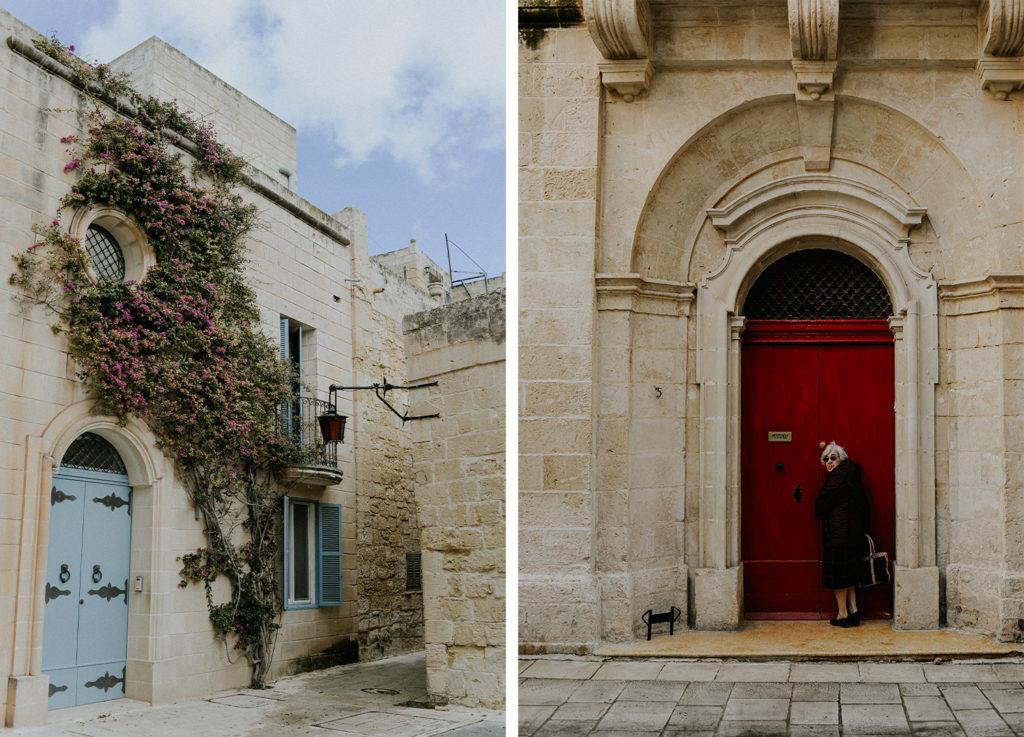 Femme devant une porte - Végétation grimpante sur un mur - Mdina - Malte