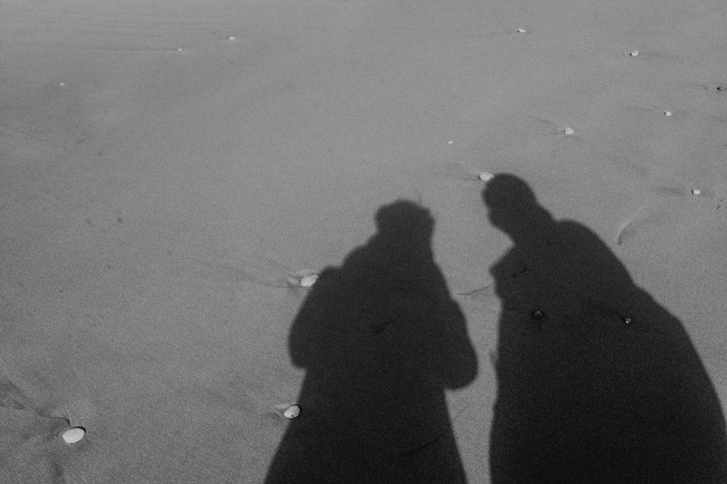 Silhouette couple en noir et blanc dans le sable - Gozo