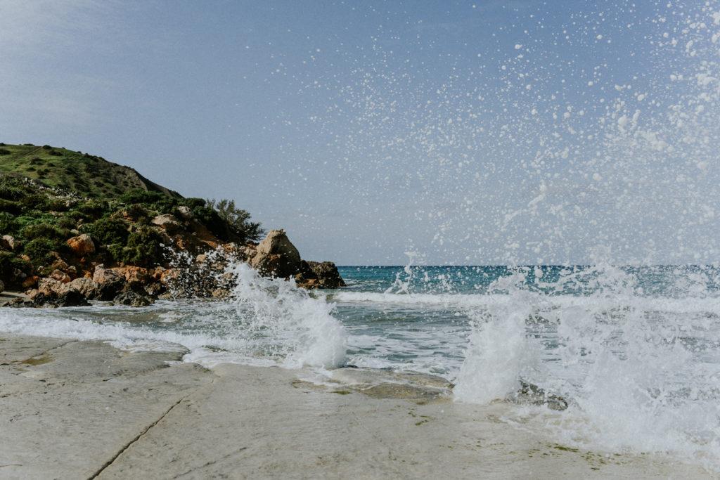 Vague s'éclatant sur la roche lisse - Gozo