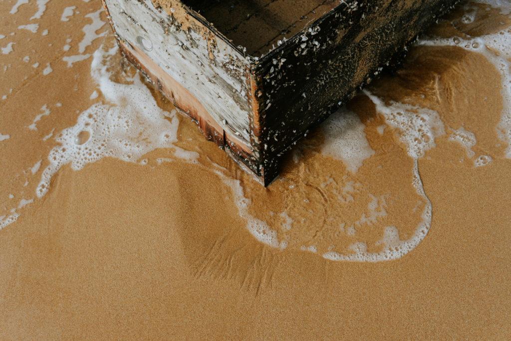 Caisse en bois abîmée par la mer - Ramla Bay - Gozo