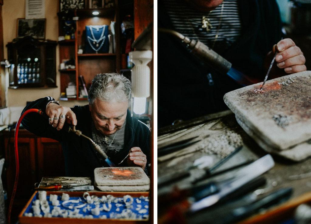 Homme travaillant dans sa boutique de bijoux - Artisan bijoutier Malte