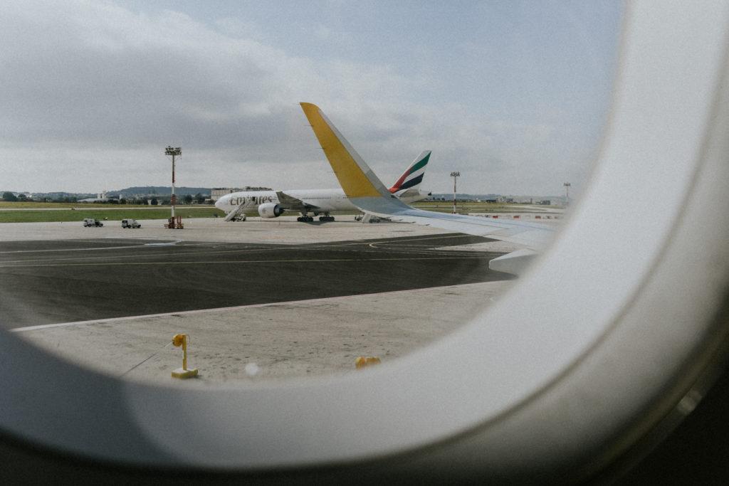 Vue d'un avion sur le tarmac à travers un hublot