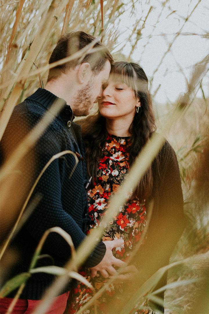 Photographe grossesse Béziers - Couple dans les roseaux - Jardin de la Plantade