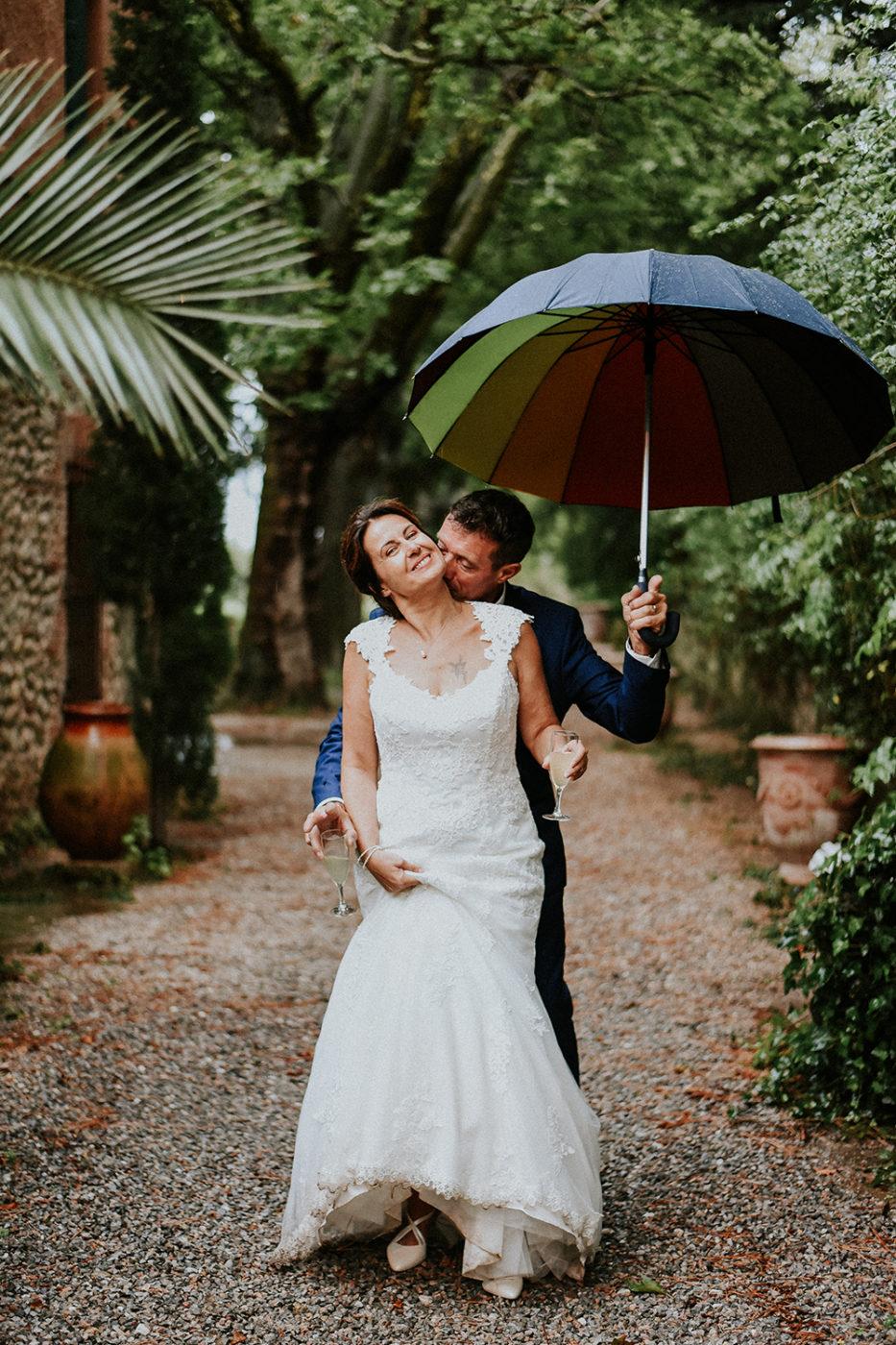 Mariage Château Las Collas - Couple sous un parapluie pendant le vin d'honneur
